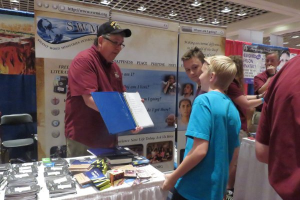 Man witnessing at DeafNation World Expo